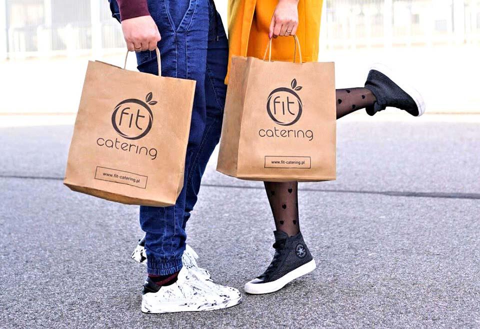 Ludzie trzymający torby z jedzeniem
